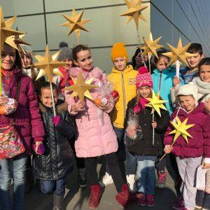 Коледарската дружина пред вратите на Skopje City Mall